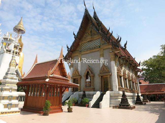 Buddha-Tempel in Bangkok mit riesiger Buddha-Statue