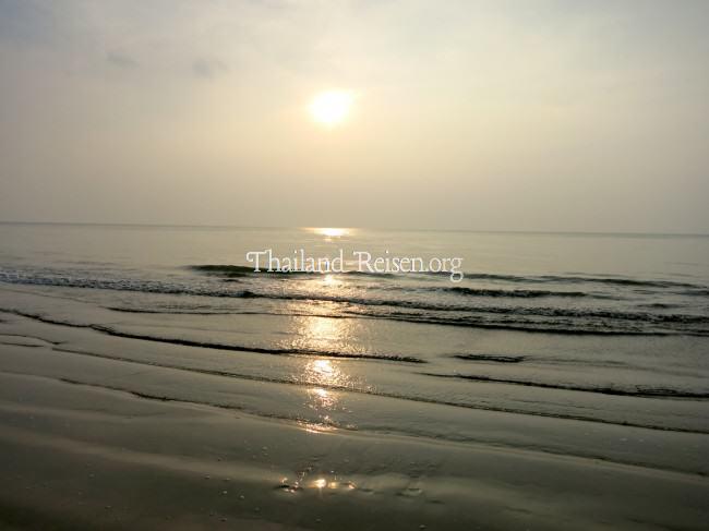 Flaches Meer am Strand von Thailand