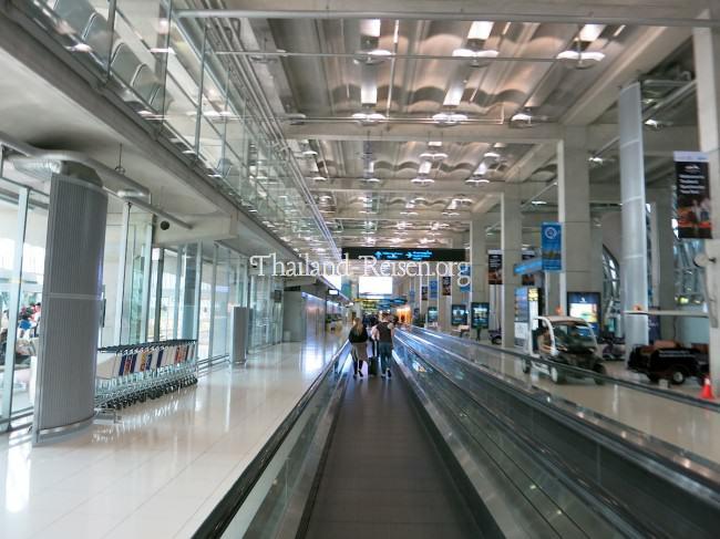 Die langen Gänge am Flughafen Bangkok-Suvarnabhumi