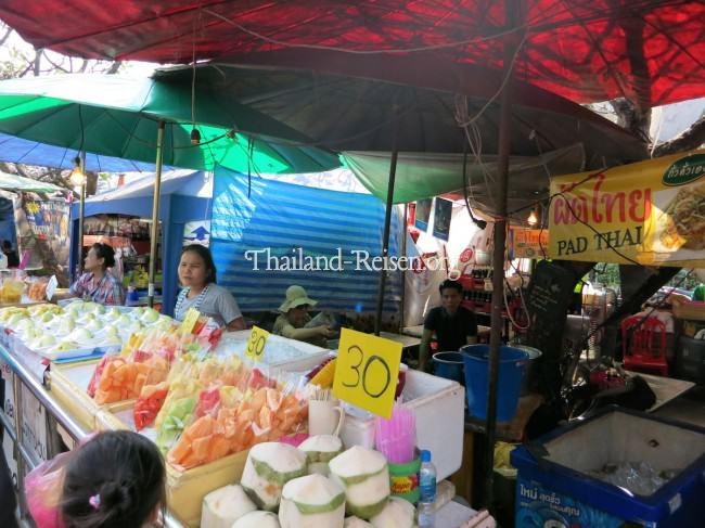 Frisches Obst an vielen kleinen Ständen in Bangkok