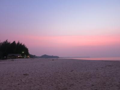 Sonnenuntergang am Strand von Khao Lak in Thailand