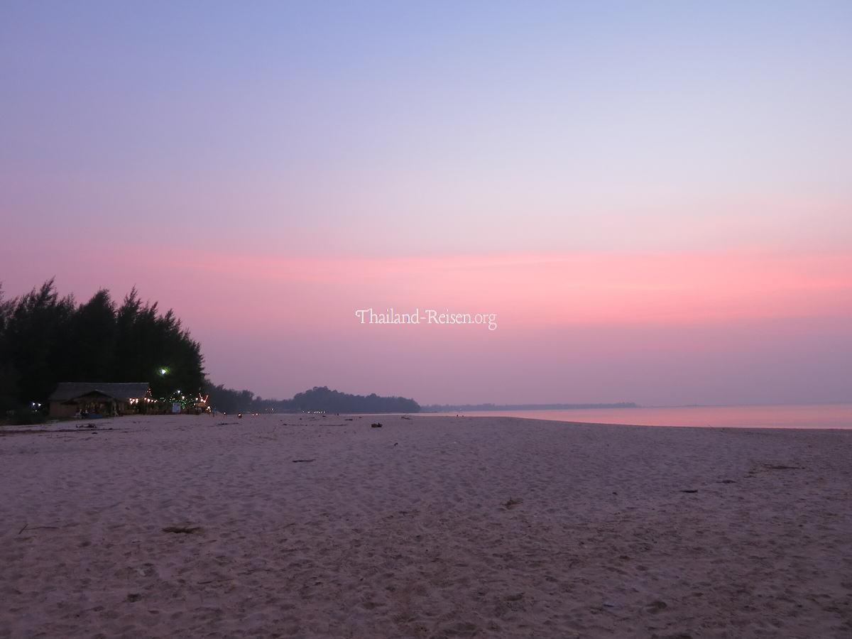 Sonnenuntergang am Strand von Khao Lak