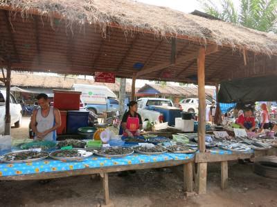 Lokaler Fischmarkt in Thailand