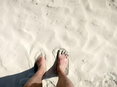Feiner weißer Sand am Strand von Thailand