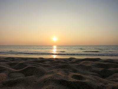 Perfekter Sonnenuntergang mit Sandstrand in Thailand